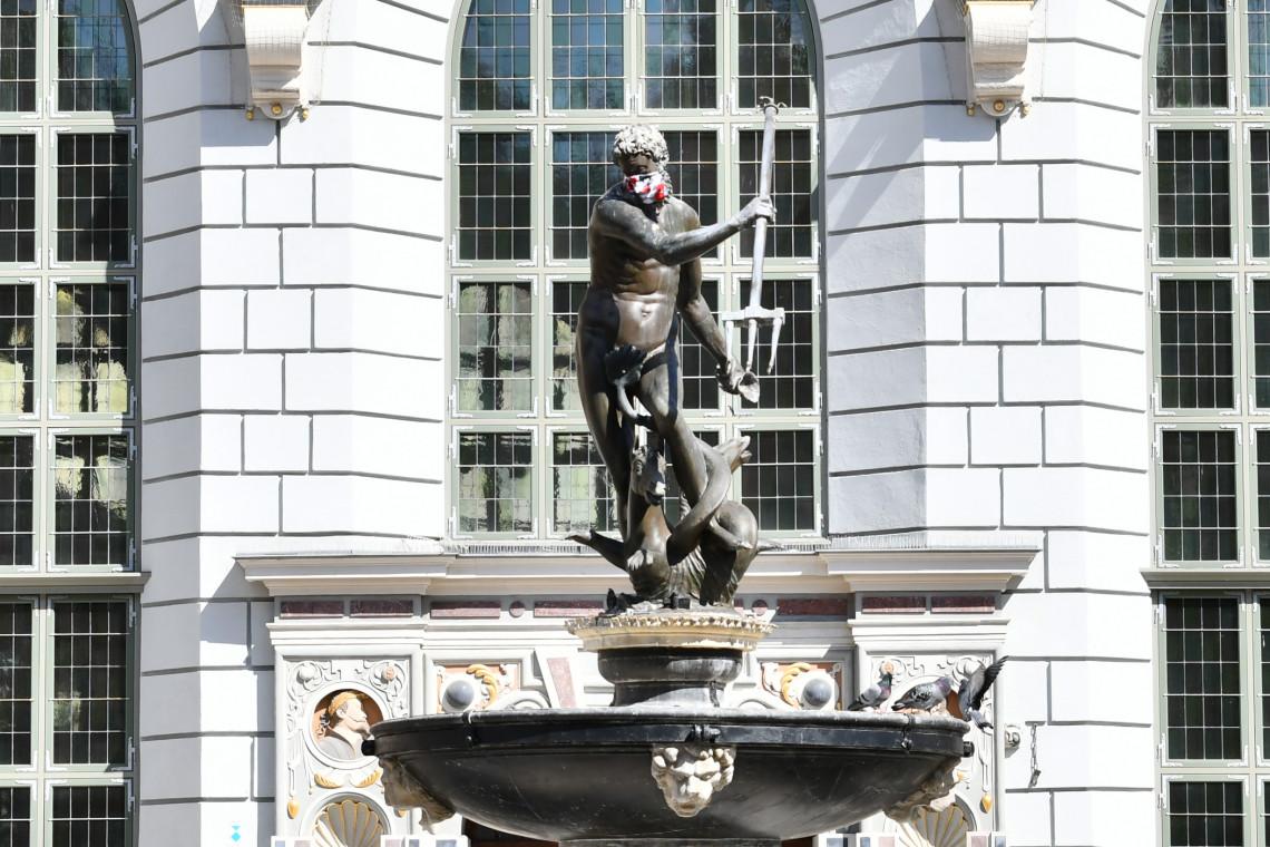 Maseczki ochronne z pomników będą... eksponatami w Muzeum Gdańska