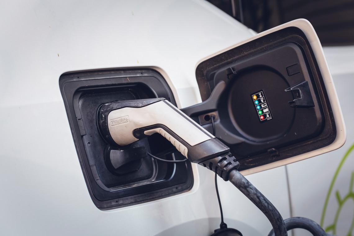 Coraz więcej Polaków wybiera elektromobilność