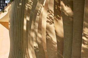 Fasady tego budynku wydają się falować na wietrze. To projekt 81.waw.pl