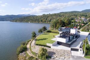 Tuż nad jeziorem. Czy architektowi udało się wpisać bryłę w krajobraz?