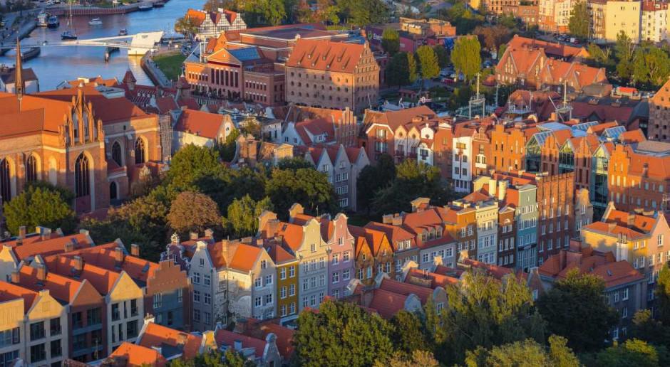 Zawieszenie wiechy na pierwszym biurowcu na Airport City Gdańsk