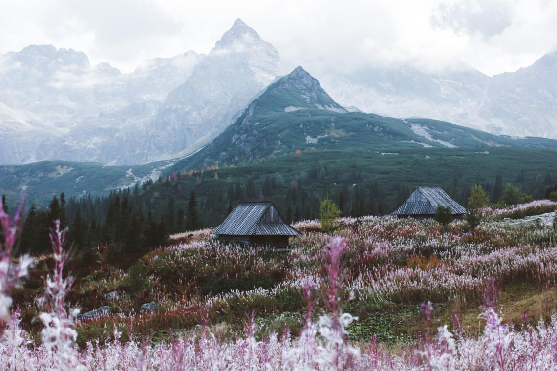 Remonty szlaków w Tatrach. Śmigłowiec transportuje materiały budowlane