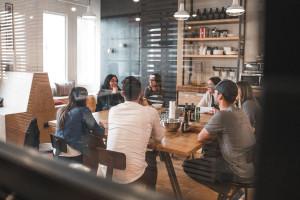 Jak przestrzeń może wygenerować energię i zaangażowanie w zespołach?