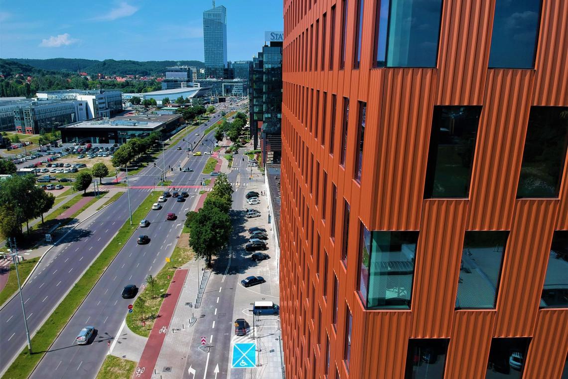 Przy gdańskim biurowcu powstaje węzeł współdzielonej mobilności