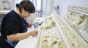 Sztukaterie z zabytkowej kamienicy w Łodzi odzyskają dawny blask