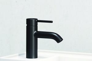 Matowa czerń zdobywa łazienki