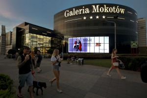 Ogromny ekran wieńczy elewację warszawskiej galerii