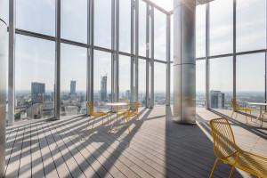 Oto najnowsza siedziba banku Standard Chartered w Warszawie. Design biura z niejednym polskim akcentem