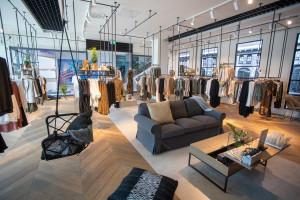 Marka YAYA z nowym salonem. Design wnętrza to miks industrialu i stylu skandynawskiego