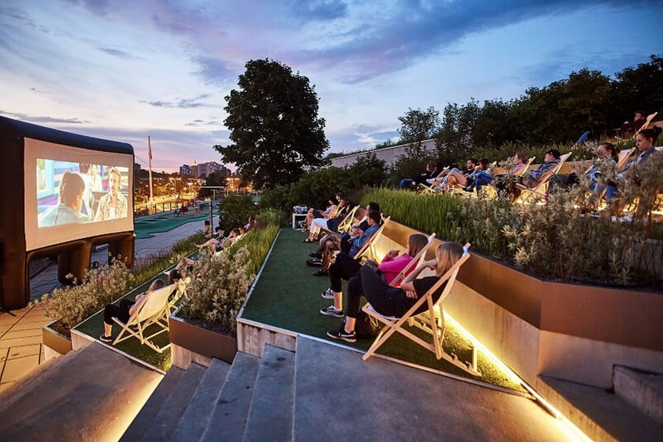 Zielony dach centrum handlowego zmienia się w miejsce na event. Kino, trening a może warsztat?