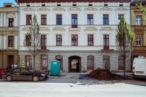 Łódź rewitalizuje na Wschodniej. Odsłania elewację kamienicy, w której powstają mieszkania i biblioteka