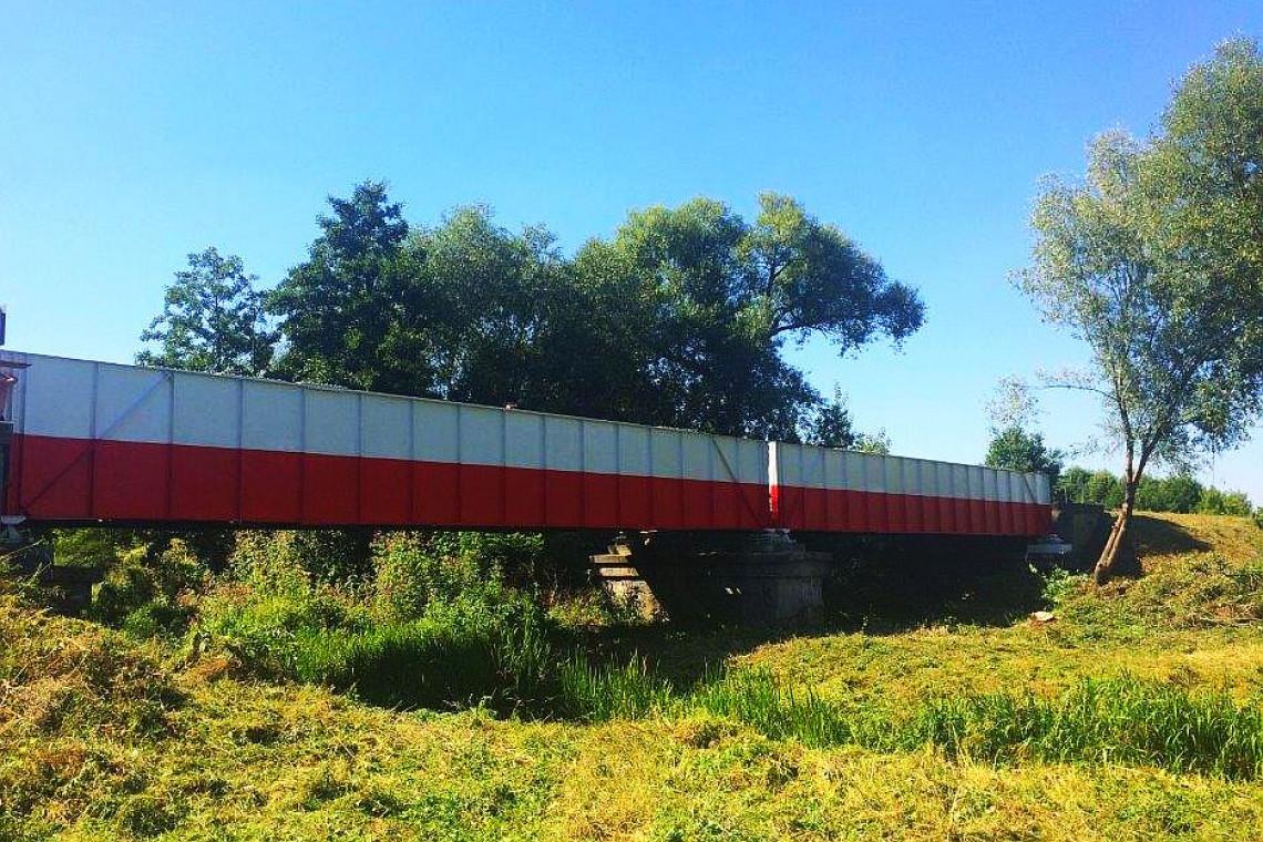 Most kolejowy w Płońsku przywdział narodowe barwy