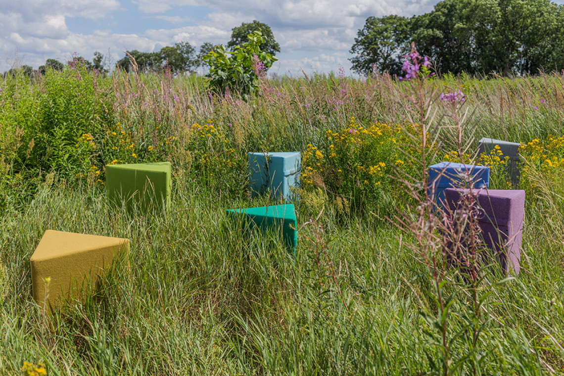 """Pufy zero waste: barwna linia wełnianych mebli """"z odzysku"""""""