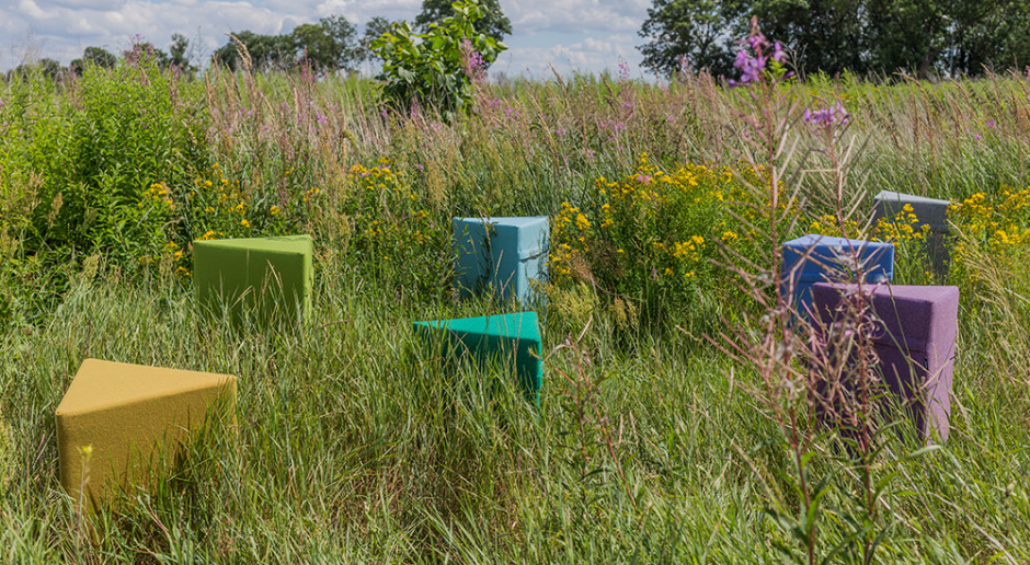 Pufy zero waste: barwna linia wełnianych mebli