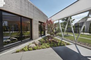 Bryłę tego budynku tworzą liczne trójkąty. To projekt 81.waw.pl