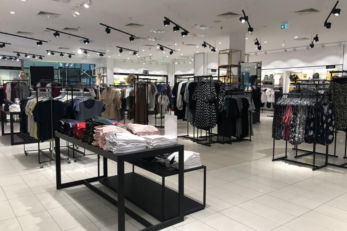 Salon znanej marki odzieżowej w nowej minimalistycznej odsłonie