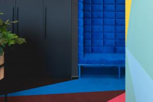 W tych biurach dominuje kolor i geometria. Za projektem stoją architekci z mode:lina