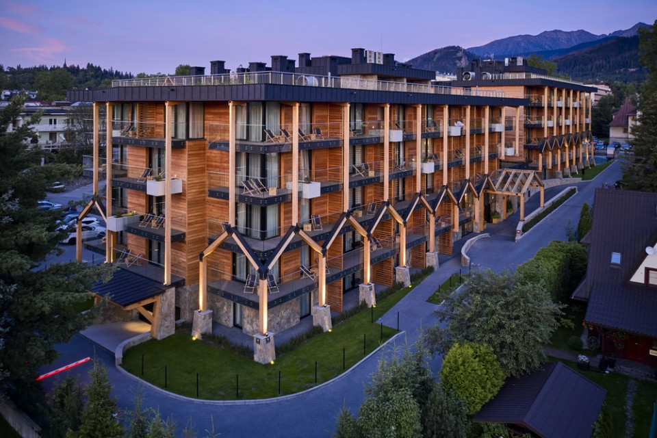 Krytyczny regionalizm w architekturze aparthotelu spod kreski Karpiel Steindel Architektura
