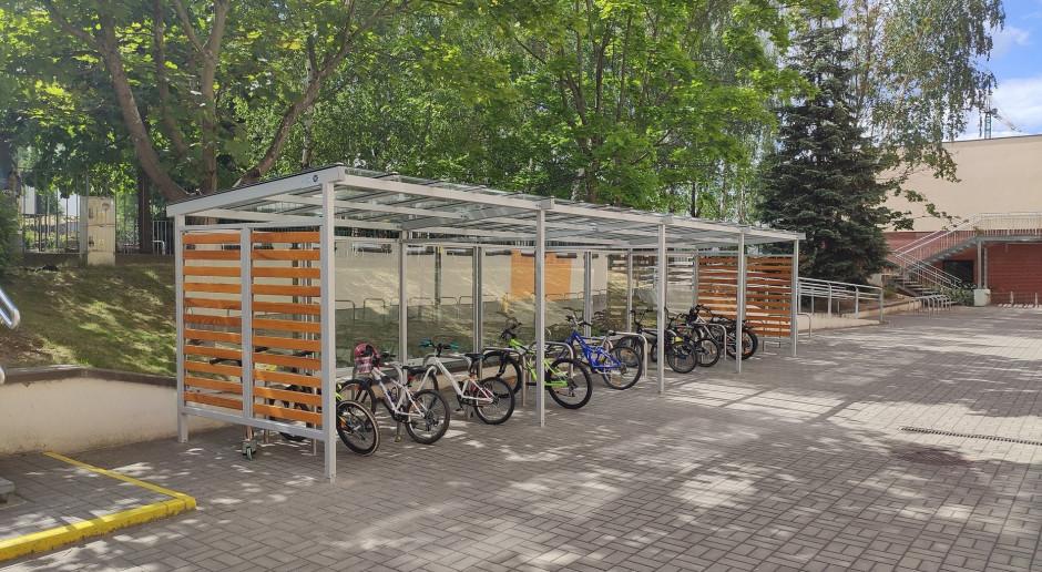 Wiaty rowerowe stanęły przy kolejnych warszawskich szkołach