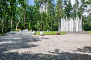 Betonowe drzewa i pnie upamiętniają ofiary II Wojny Światowej. Niezwykły monument w Lesie Szpęgawskim