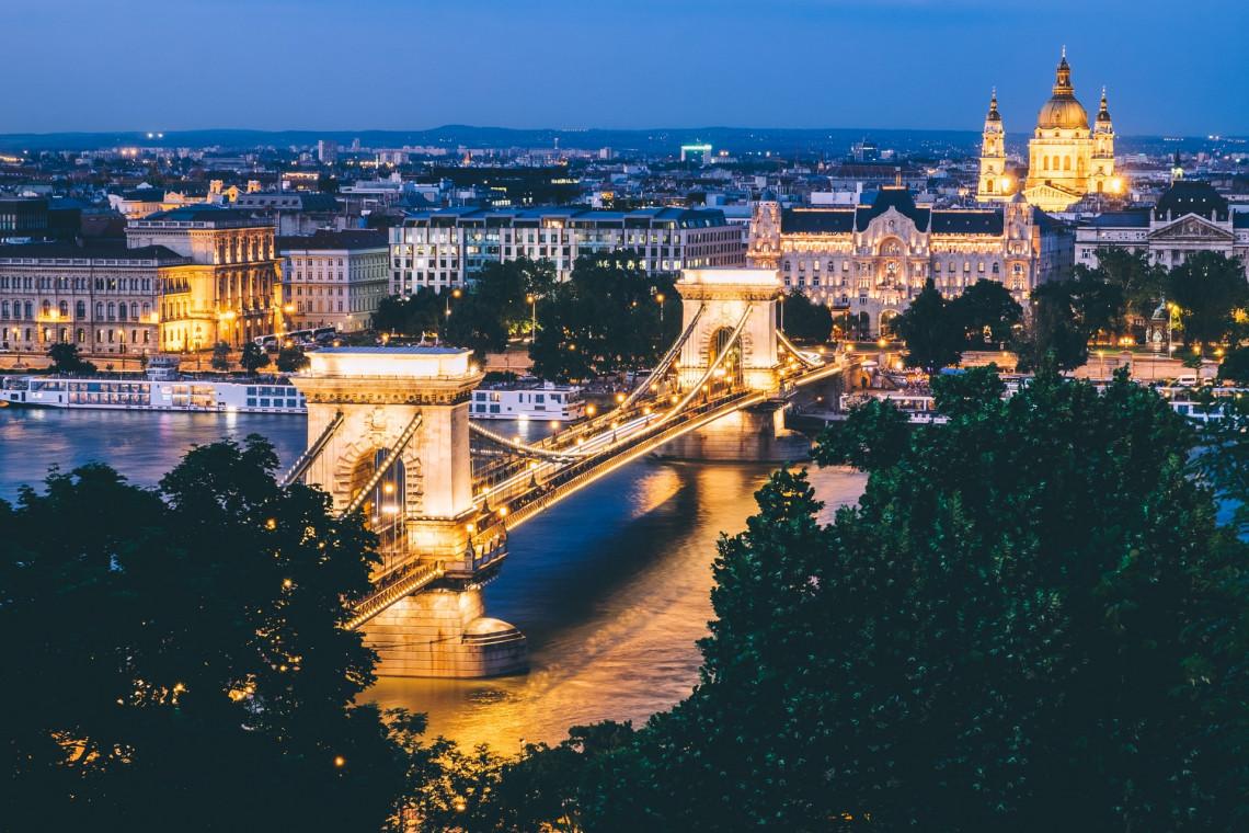Most Łańcuchowy w Budapeszcie rozświetliły biało-czerwone barwy