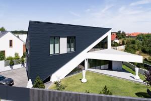 Dynamiczna bryła na planie trapezu i trójkątne formy elewacji. To najnowsza realizacja Reform Architekt
