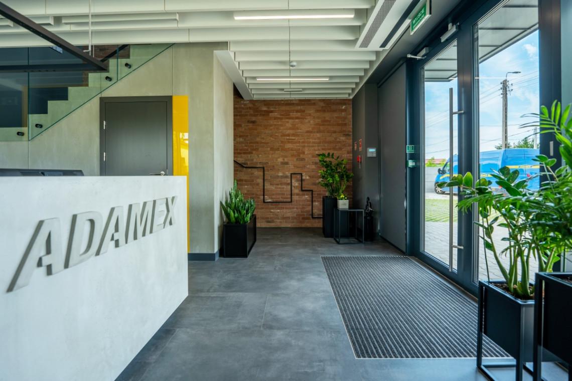Biuro, które prezentuje możliwości firmy. Tak powstawały wnętrza siedziby Adamex