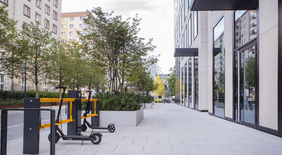 Varso Place z pierwszą w Warszawie stacją do ładowania hulajnóg elektrycznych