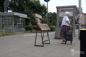 Ławki do chwilowego odpoczynku, czyli spoczniki. To nowe meble miejskie Warszawy