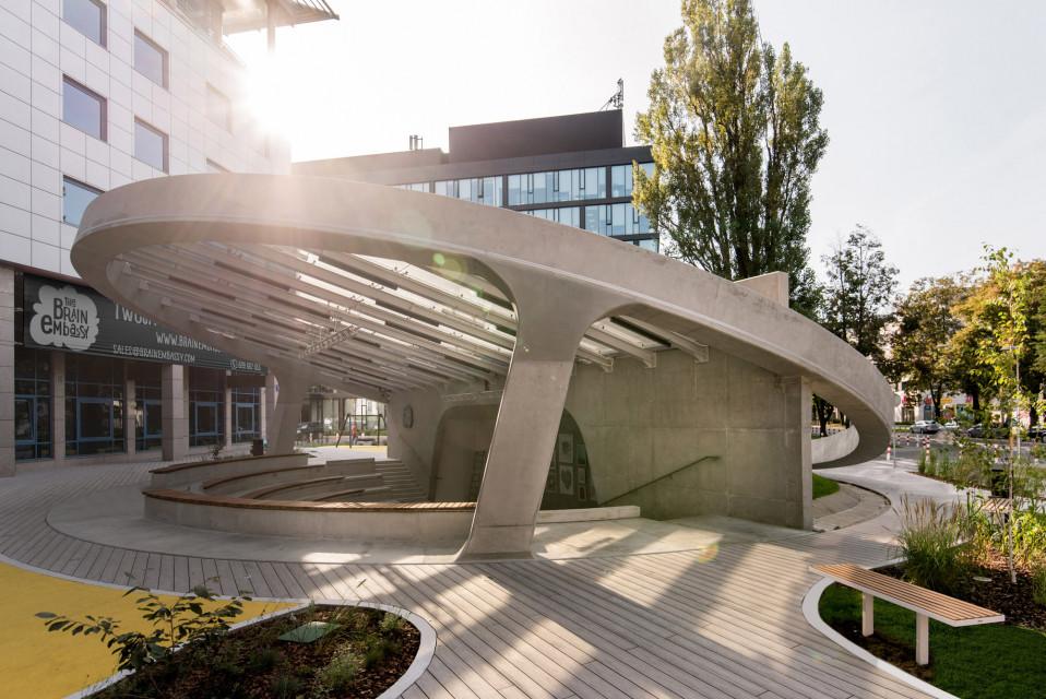 Za ponad milion euro deweloper stworzył przestrzeń publiczną na warszawskim Mokotowie. Kurtyna nad amfiteatrem poszła w górę