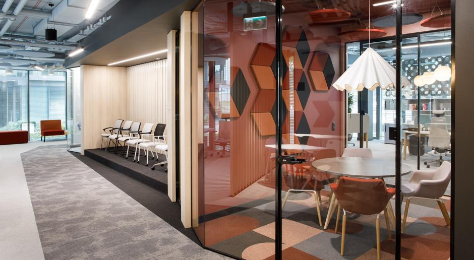 Pikanteria barw i kształtów. Zobacz nowy showroom Nowy Styl w Warszawie