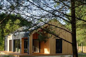 Drewniana bryła nad jeziorem projektu Toya Design