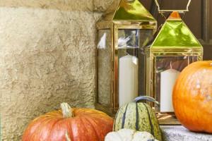 Aranżacja wnętrz z dynią w tle. Uwagę przyciąga sam kolor halloweenowego klasyka!