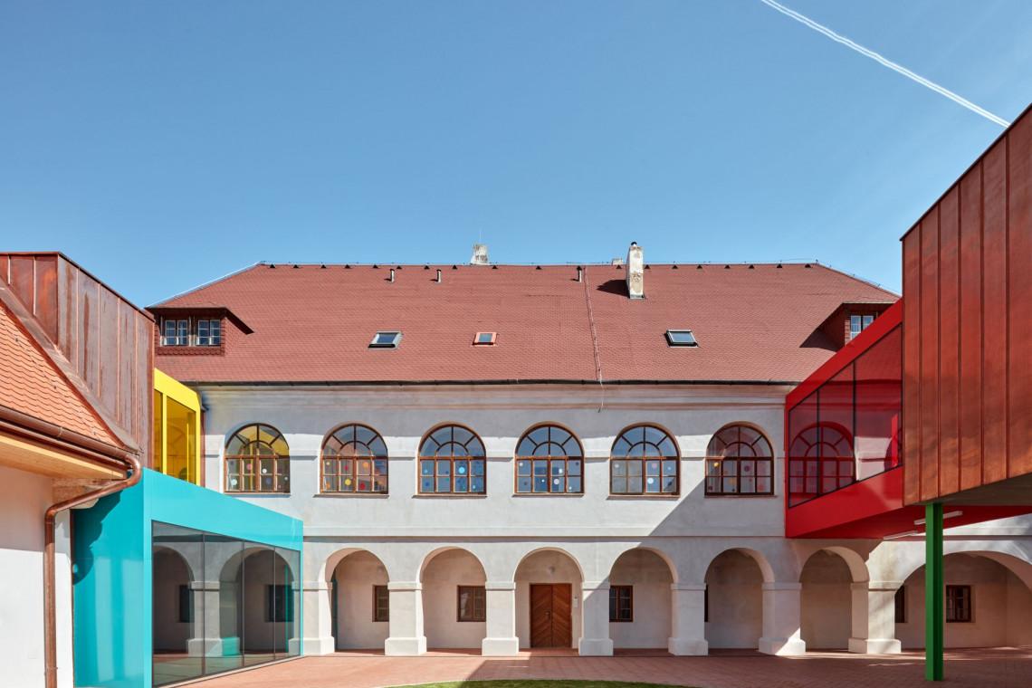 Mistrzowska rewitalizacja z Czech. W barokowe mury wpisano nowoczesną szkołę
