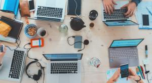Nowoczesne technologie w biurach zyskują na znaczeniu. Łatwiej i sprawniej pozwolą reagować na zmiany