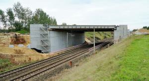 Rośnie wiadukt nad torami Rail Baltica