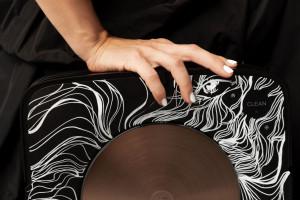 Gdy technologia i sztuka łączą siły w szczytnym celu. Ceniona ilustratorka ozdobiła... robota odkurzającego
