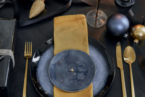 Wnętrzarska marka pokazała stylizacje na święta. W obiektywie czerń, złoto i kosmos