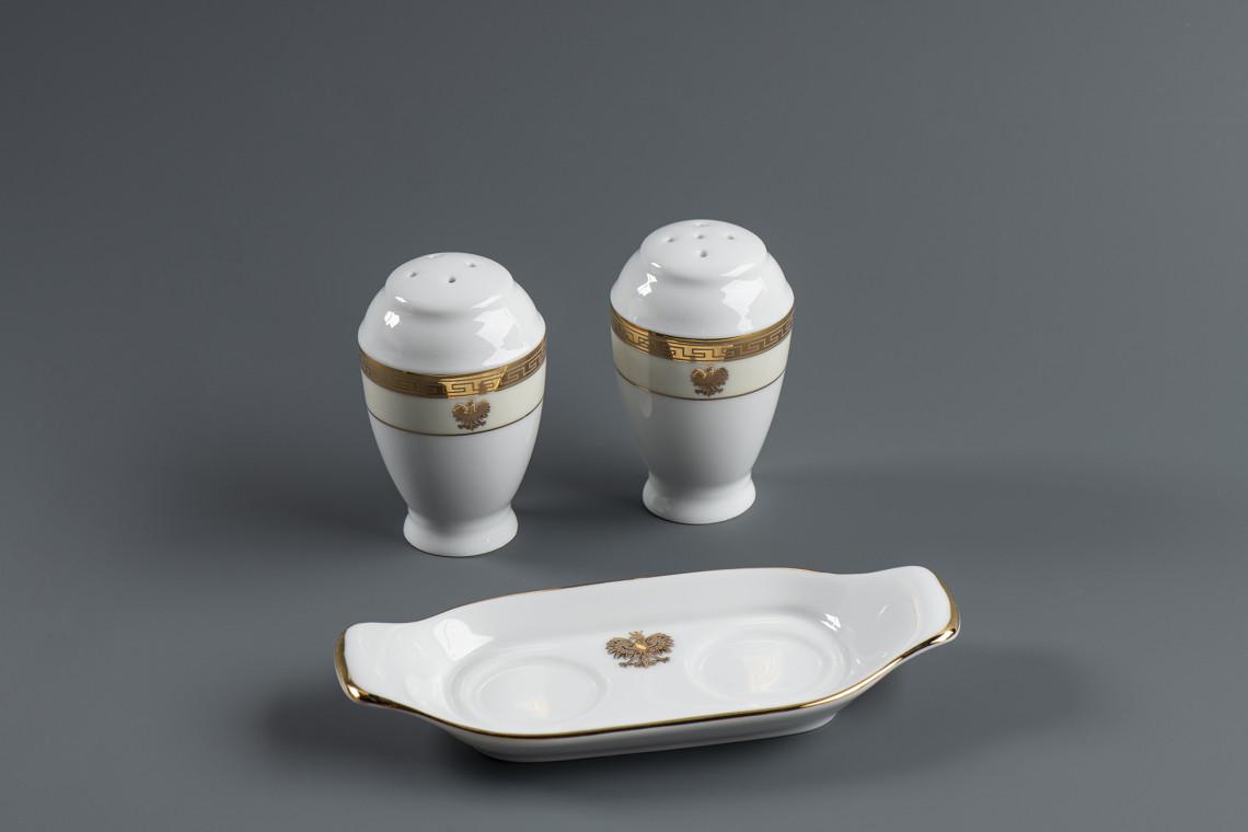 Zestaw solniczek z polskim godłem w muzeum żup w Wieliczce