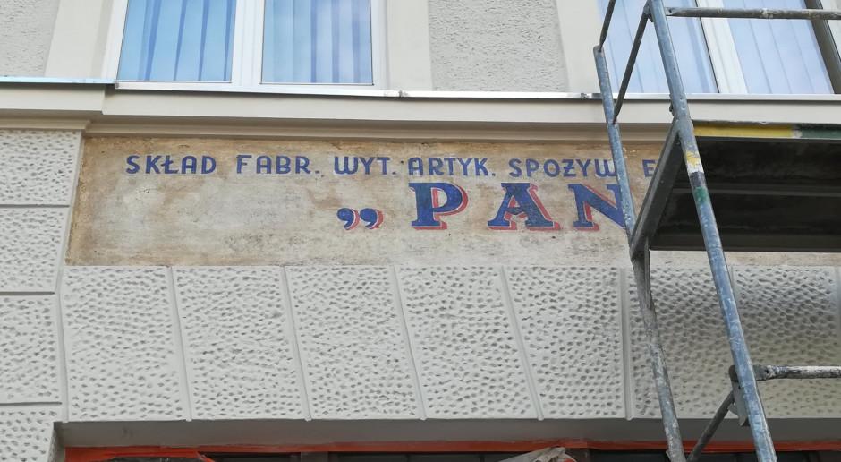 Remont kamienicy we Wrocławiu odsłonił powojenne szyldy