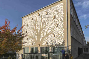 Na ścianie gdyńskiej szkoły powstał mural z budkami dla ptaków