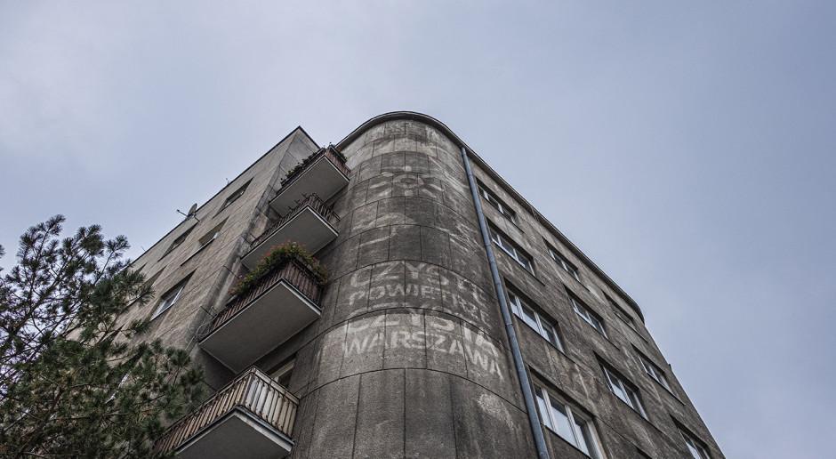 Wodne murale na zanieczyszczonych budynkach stolicy