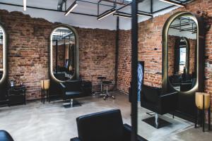Salon fryzjerski z kawiarnią w starym warsztacie samochodowym. Intrygujący projekt z Poznania