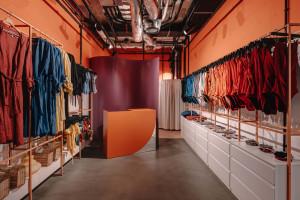 To miejsce z klimatem. Vintage, kolor i less waste w projekcie butiku pop-up od MML Architekci