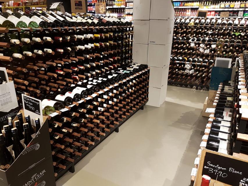 Wymagające wnętrza winiarni: co na podłogę?