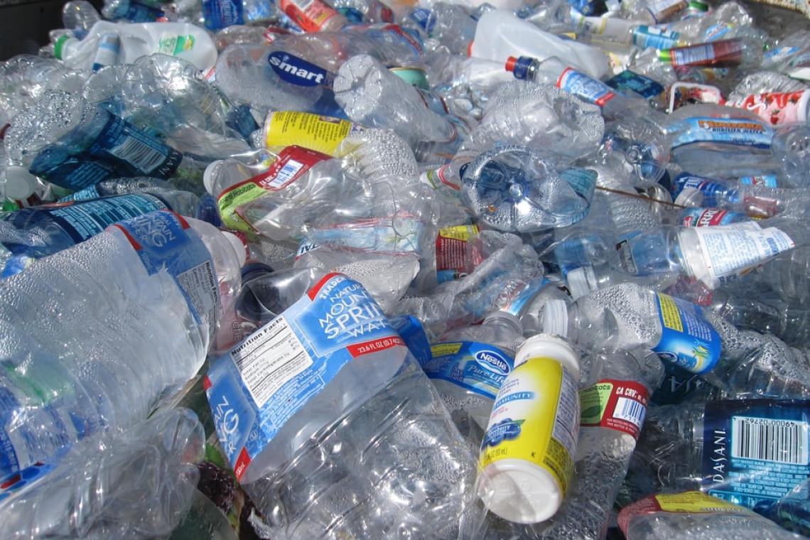 Ponad pół tony plastikowych butelek w śmieciomatach