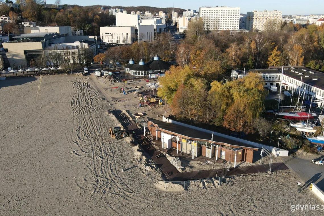 Nowe kładki na plaży w Gdyni. Trwają ostanie prace