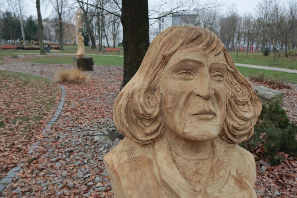 Konary po wycince drzew w parku Heweliusza zamieniły się w rzeźby