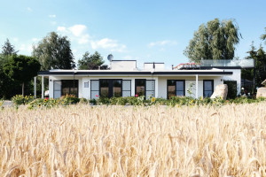Nowy projekt spod kreski Atelier Starzak Strebicki. Nowoczesna bryła nad jeziorem