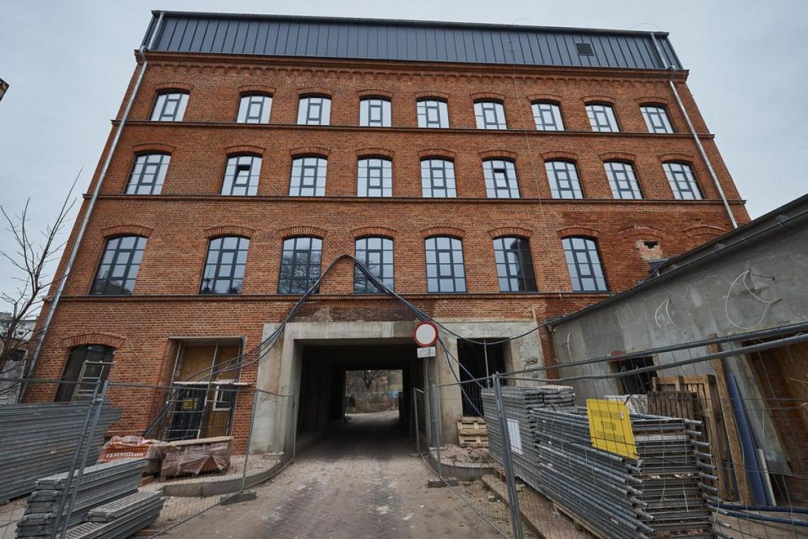 Trwa rewitalizacja fabryki Wagnera w Łodzi. Odsłonięto już elewację